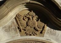 A birodalmi A sas hasán a magyar kis címer található, ami már az új hazához való kötődés jele