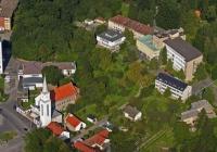 A Komlói Katolikus és Református Templom egymás mellett helyezkedik el
