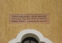 Lovászpatona Evangélikus Templom - felirat a homlokzaton