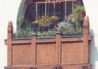 Csúcsíves nyílás és fafaragásos erkélymellvéd