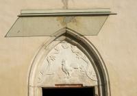 A bejárati ajtó, mely gótikus eredetű