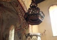A diadalív déli oldala mellett áll a szószék a népies barokk díszítő festéssel és a díszesen faragott és festett koronás hangvetővel.Balra a diadalív alján előkerült falképek