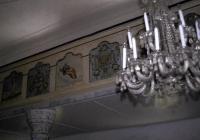 A templom karzatán copf vázák képei közt az apostolok