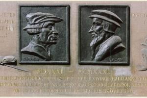 Zwingli és Kálvin domborművei a Debreceni Református Kollégium falán