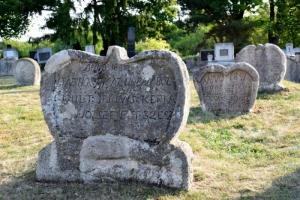 Balatonudvari védett temető szív alakú sírkövekkel