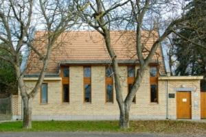 Evangélikus parókia és gyülekezeti terem Sárszentlőrincen